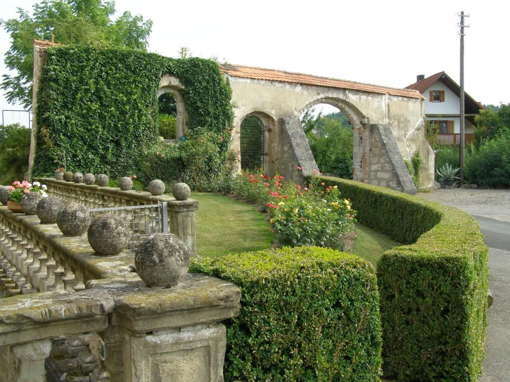 Der Rosengarten vor dem Schloss mit ehemaliger Hofeinfahrt